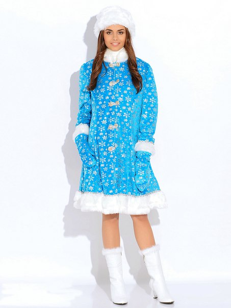 Снегурочка в костюме в полный рост.