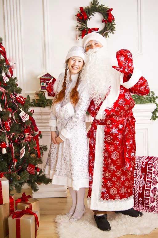 Дедушка Мороз и Снегурочка в Белом костюме.